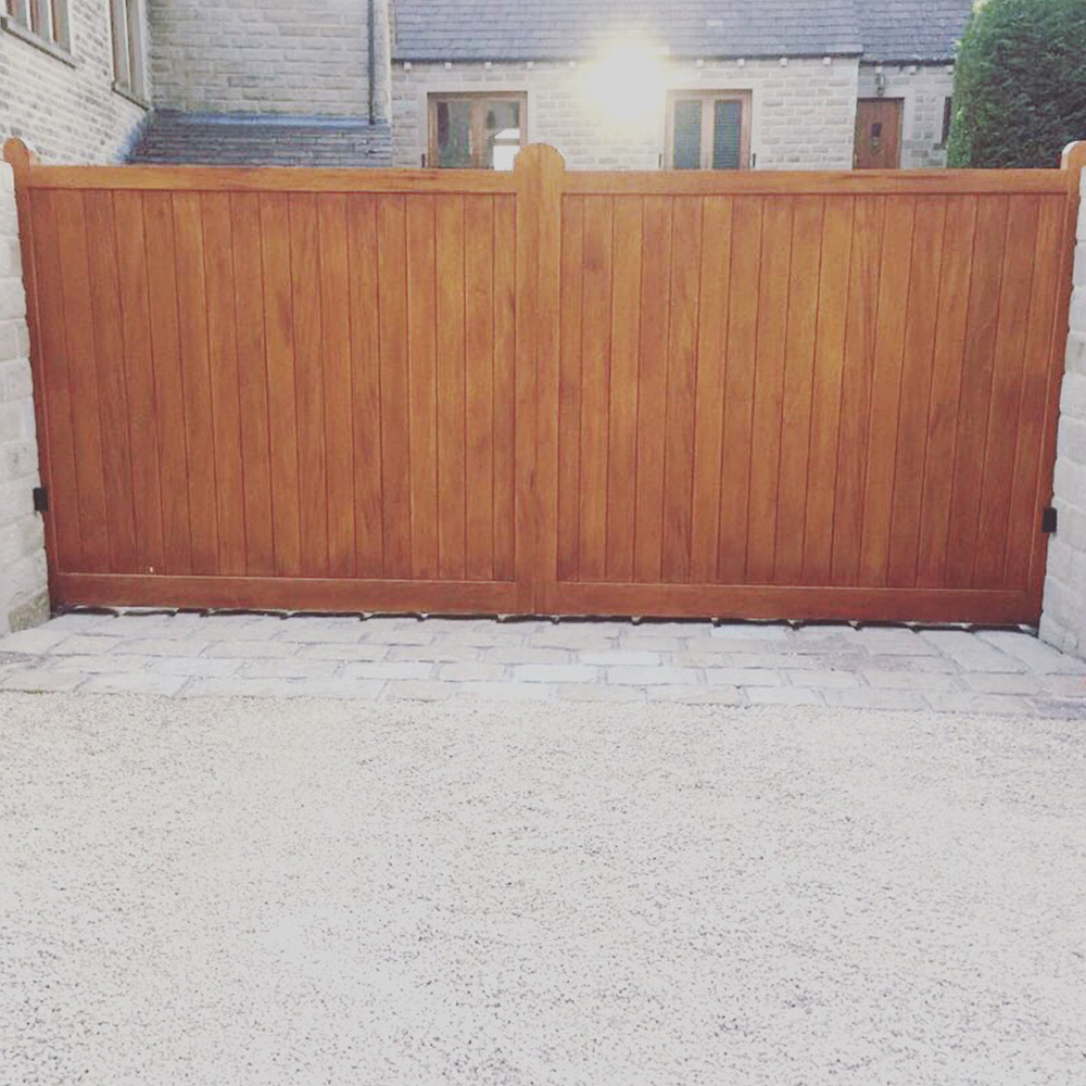 Hard wood cantilever gate